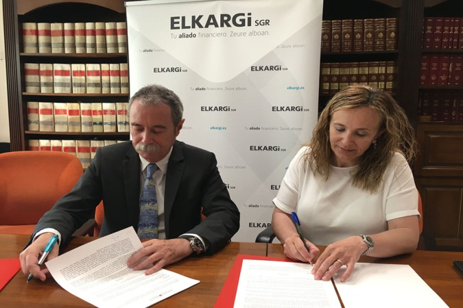 Izaskun Goñi y Pío Aguirre suscriben el convenio.