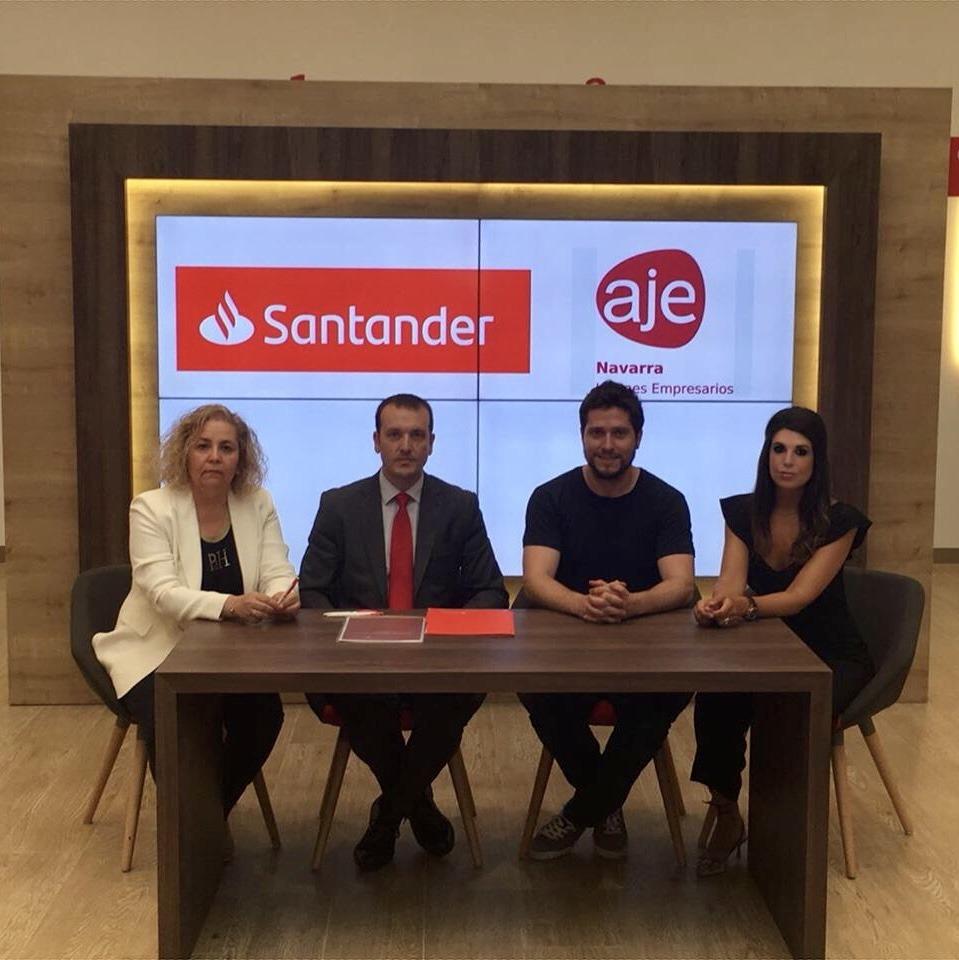 Inés Abendaño y Luciano Viguín, del Banco Santander; y Ion Esandi, y Raquel Trincado, de AJE Navarra.