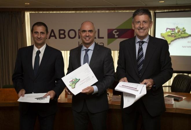 De Izquierda a Derecha: Javier Cortajarena (director territorial); Xabier Egibar (director de Desarrollo de Negocio) y Joseba Madariaga (director del Departamento de Estudios).