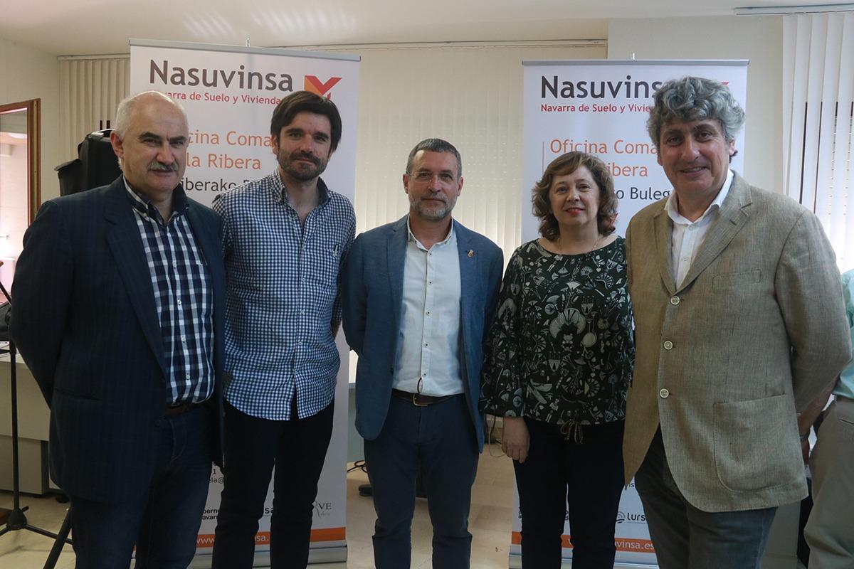 De izquierda a derecha: José Mª Aierdi, Eneko Larrarte, Miguel Laparra e Isabel Elizalde y Fernando Mendoza, director de la oficina.