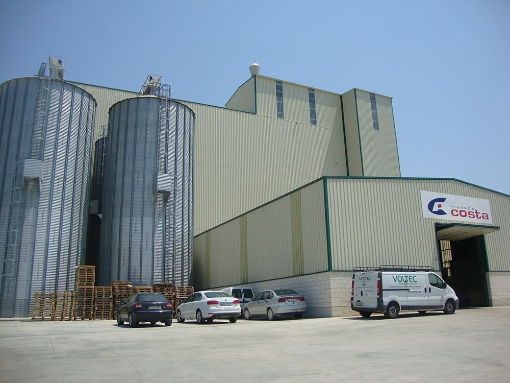 Imagen de la fábrica de Piensos Costa en Artajona, adquirida en 2014 por el grupo Costa Food.