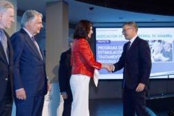 La Ministra de Sanidad, Carmen Montón entregando el certificado a Francisco Fernández Nistal, gerente de Adacen.