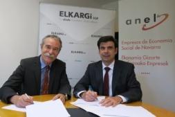 Momento de la firma del convenio entre Elkargi (Pío Aguirre, a la izquierda) y ANEL (Ignacio Ugalde, a la derecha).