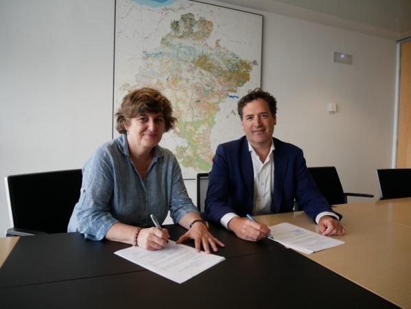 Eva García Balaguer (Gobierno de Navarra) y Eduardo Ryan (Iberdrola), en un momento de la firma del convenio