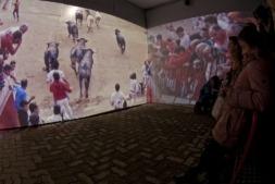 Proyección envolvente del encierro en la exposición de la Plaza de Toros de Pamplona.
