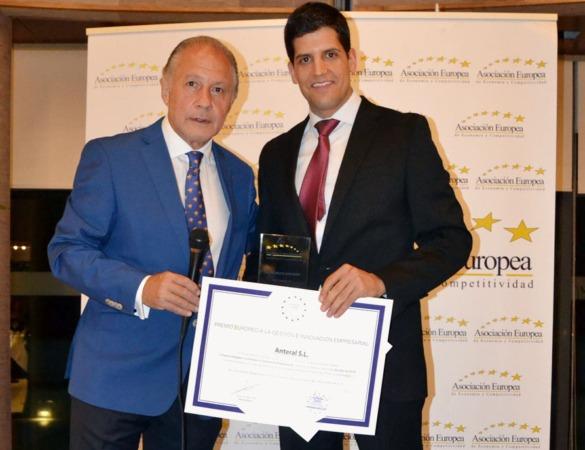 Emilio Javier Gómez Plaza, conductor de la entrega de premios, y Gonzalo Crespo, gerente de Anteral.