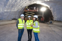 Manu Ayerdi atiende las explicaciones de las responsables del trabajo en el interior del túnel de Belate.