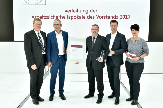 Juan Martín Hernández, responsable de Seguridad Laboral de VW Navarra, recibe de manos de Andreas Tostmann el galardón. Junto a ellos, Jupp Baumert (VW Hannover); Thomas Schmall, miembro del Comité Ejecutivo de la marca, e Ina Mann, responsable de Seguridad Laboral del Grupo Volkswagen.