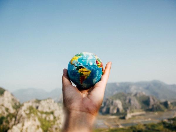 La Economía Circular propone hacer un uso responsable de las materias primas, aprovechar al máximo los recursos y aplicar la regla de reducir, reutilizar, reparar y reciclar.