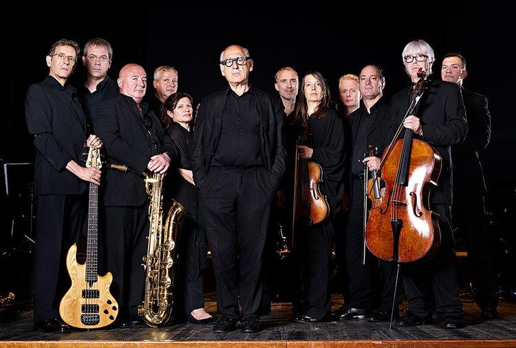 Michael Nyman, en el centro, junto con el resto de componentes de la banda que lleva su nombre.