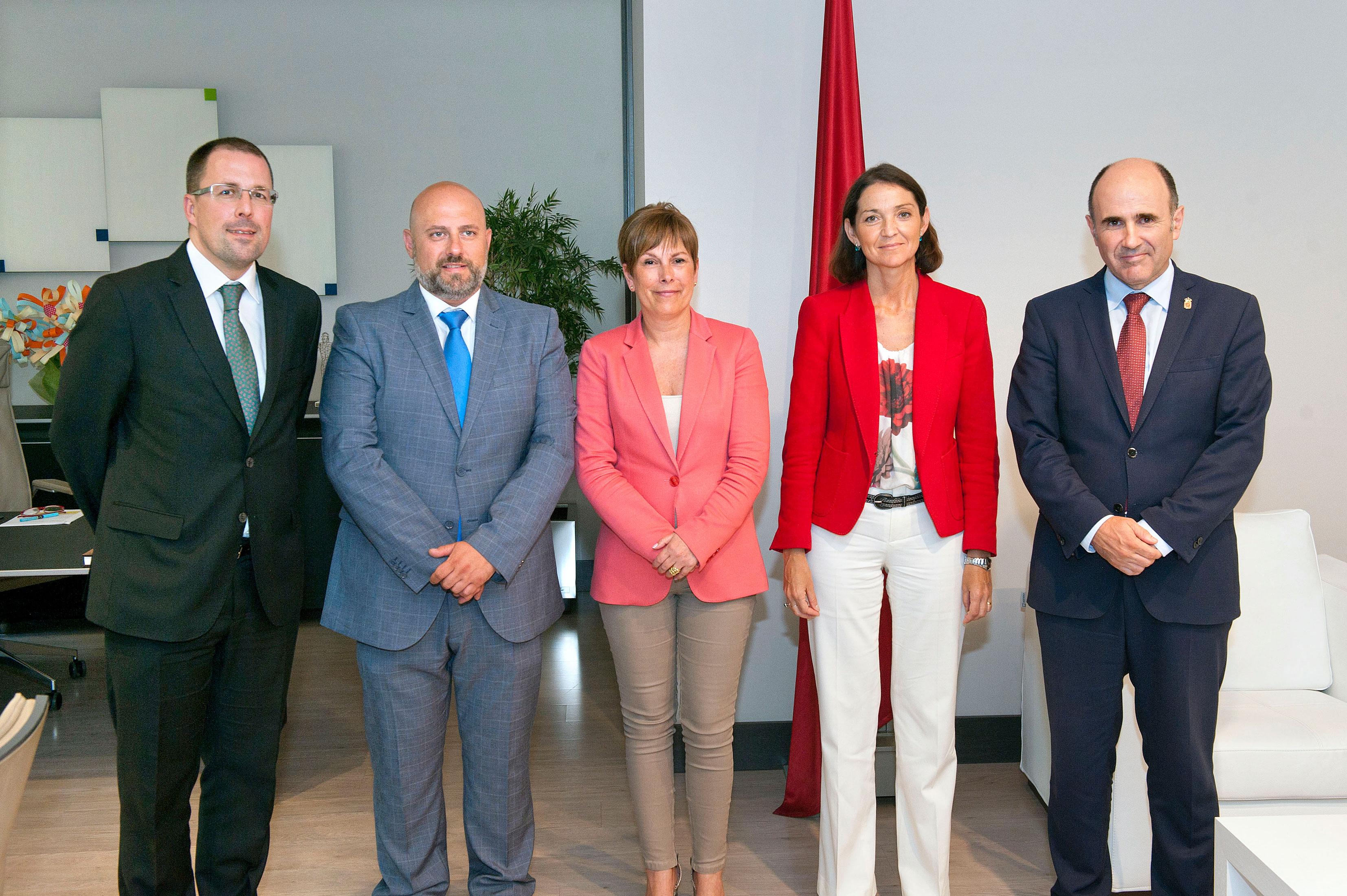 El secretario general de Industria, Raúl Blanco, José Luis Arasti, Uxue Barkos, la ministra Reyes Maroto y Manu Ayerdi.