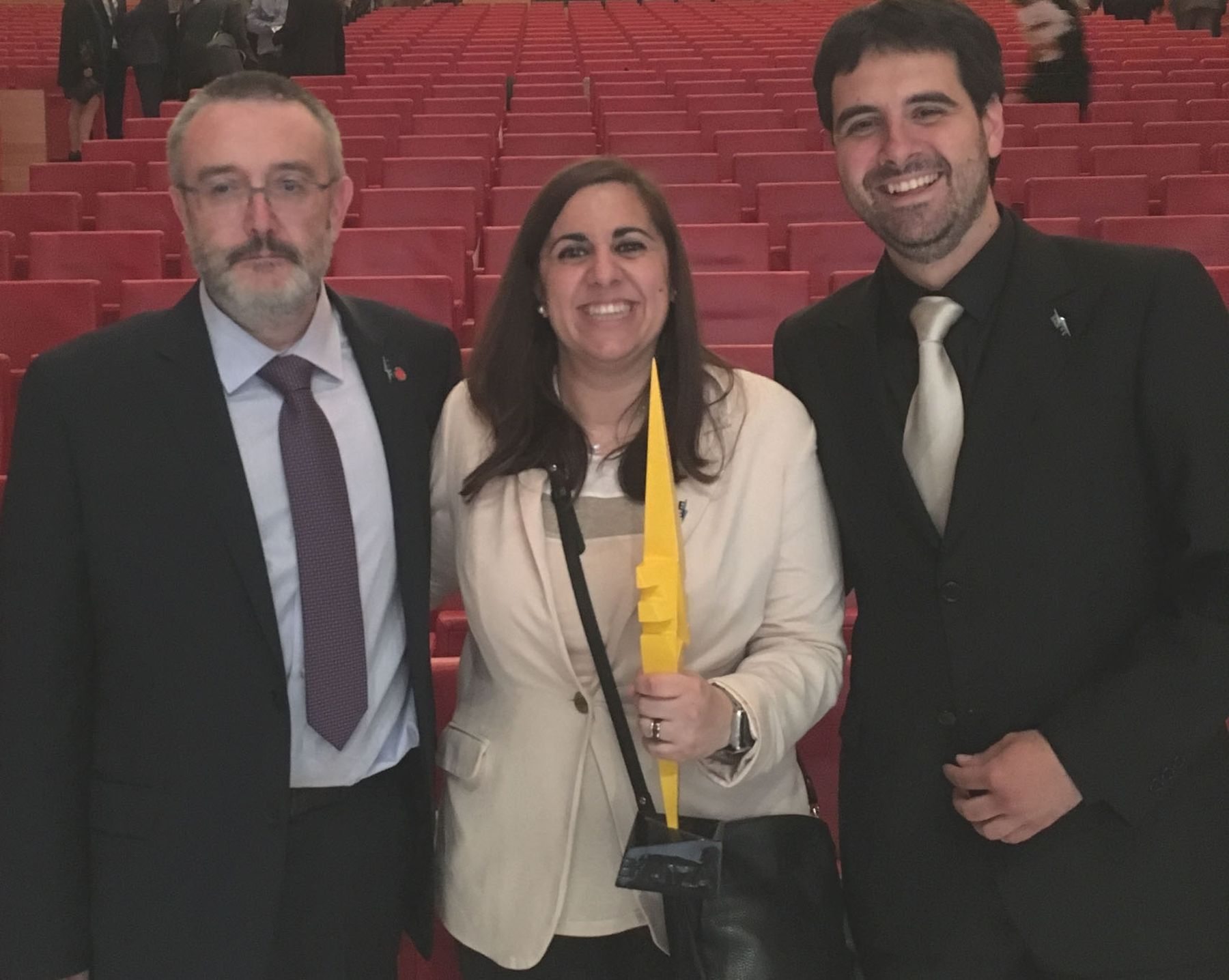 Los investigadores Luis Gandía (izda), Cristina Salazar y Fernando Bimbela (dcha), con el trofeo logrado en el concurso SciencEkaitza.