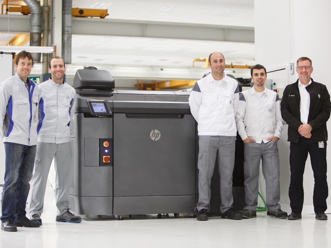 De izquierda a derecha, junto a la impresora 3D: Javier Cuartero, responsable de montaje y taller en Pilothalle; Iosu Ayarra, fresador; Iñaki Irigoyen, diseñador de útiles; Gorka Eliceche, tornero; y Burkhard Zockoll, gerente de Pilothalle.