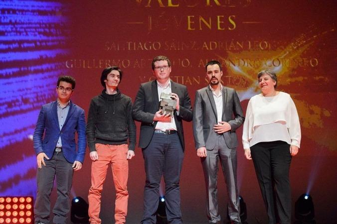 Cuatro de los cinco emprendedores de Code Matrix, durante la entrega del Premio Valor Joven de Navarra Televisión en 2016.