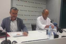 El vicepresidente Laparra y Carmelo Jíménez suscriben el convenio.