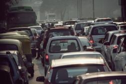 India fabrica 25 millones de vehículos al año. En la imagen, tráfico en una calle de una ciudad india.