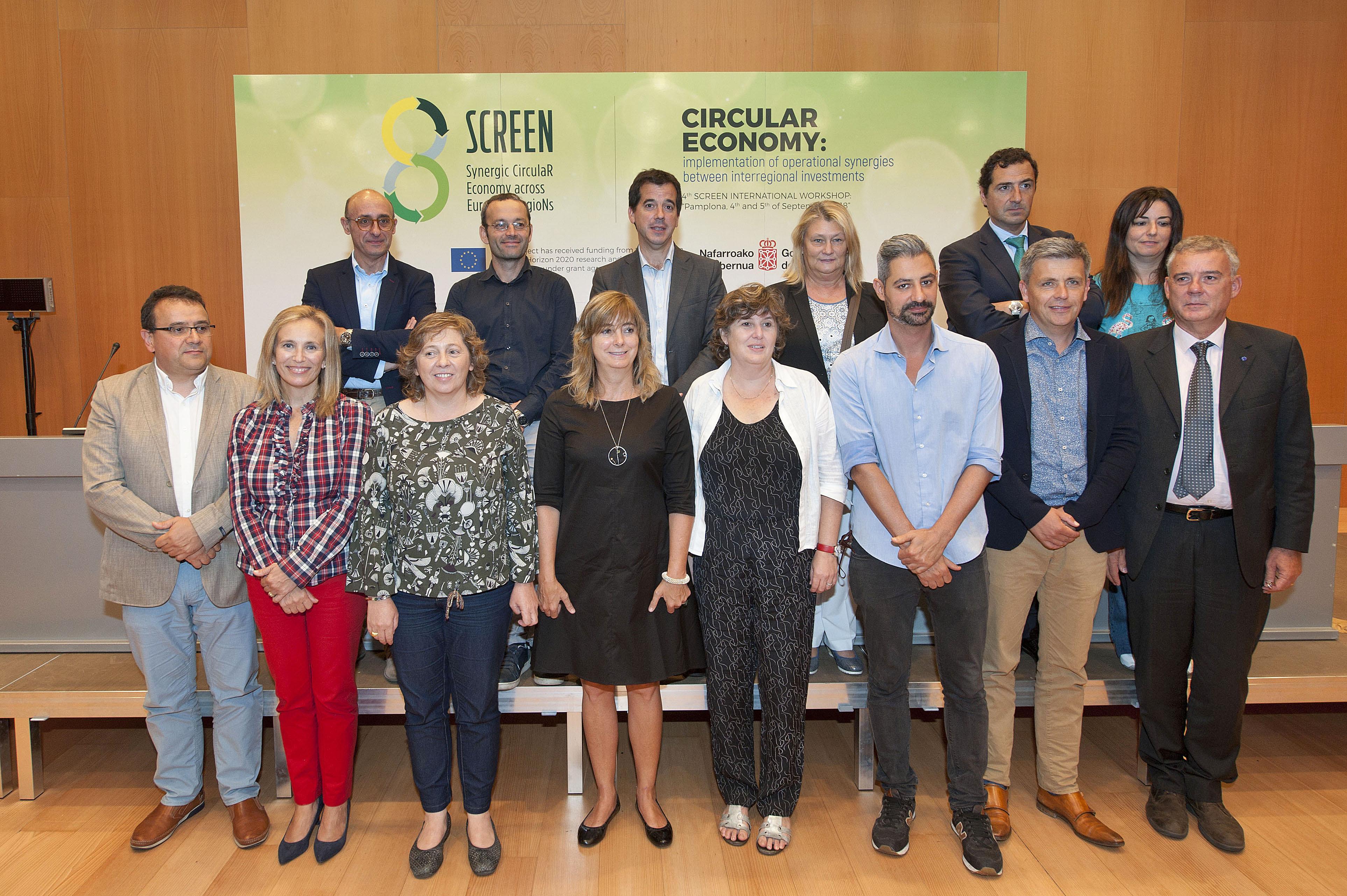 Las consejeras Ana Ollo e Isabel Elizalde con otros representantes institucionales que han participado en el encuentro.