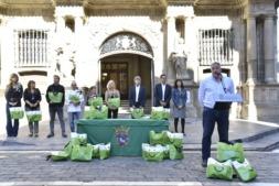 El alcalde Asiron y el resto de participantes en la presentación de la campaña de apoyo al pequeño comercio de Pamplona.
