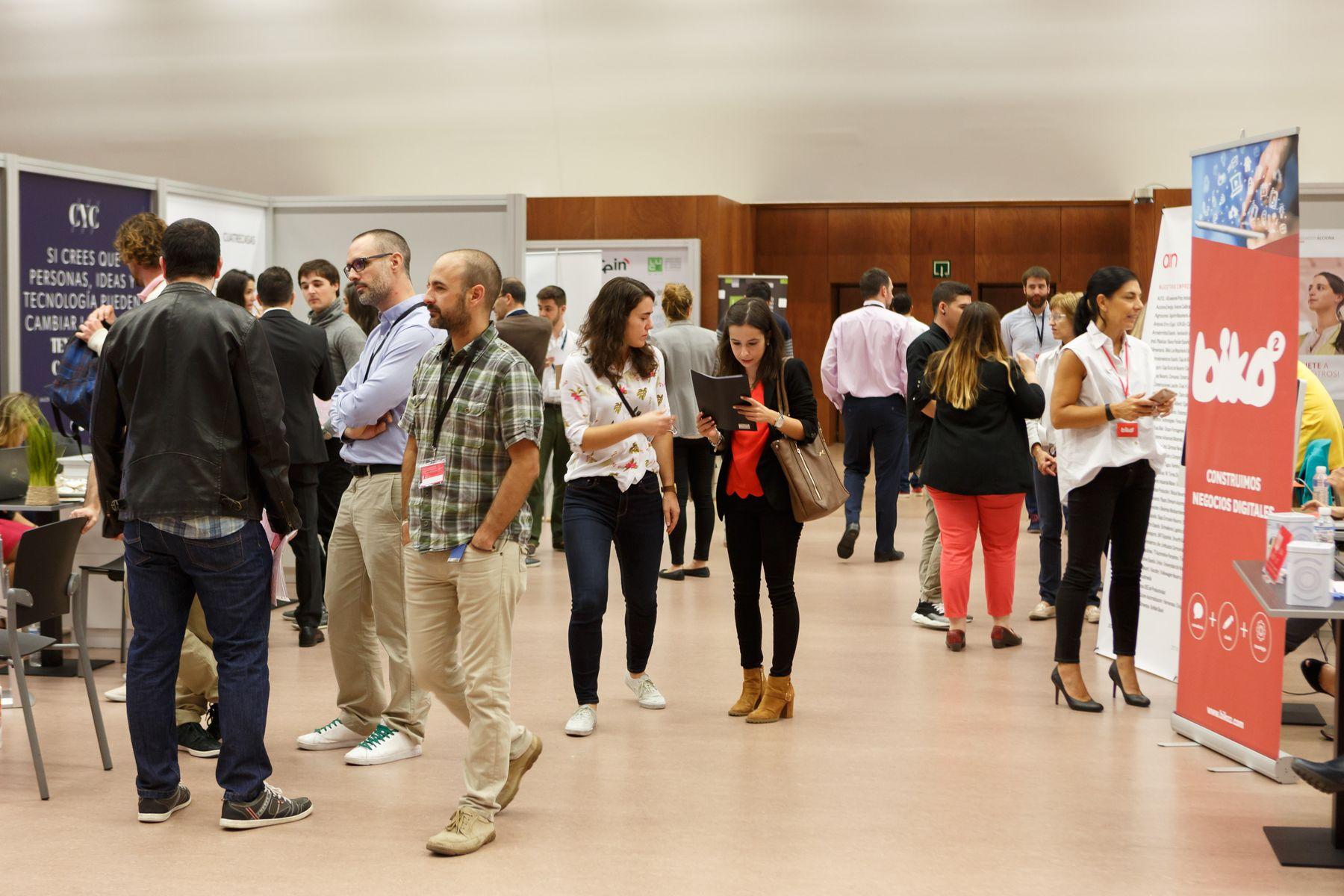 Foto de estudiantes en el X Encuentro de Empleo y Emprendimiento de la UPNA