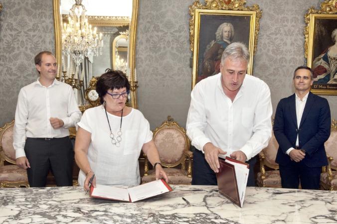 La consera Beaumont y el alcalde Asirón en la firma del convenio