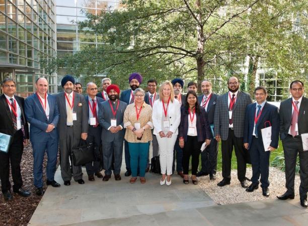 El vicepresidente Ayerdi e Izaskun Goñi, junto a empresarios de la automoción de India y de Navarra.
