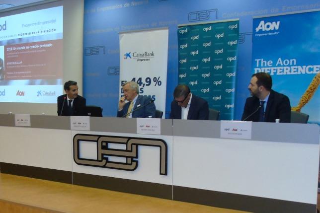 Jorge Dezcallar, segundo por la izquierda, durante su intervención.