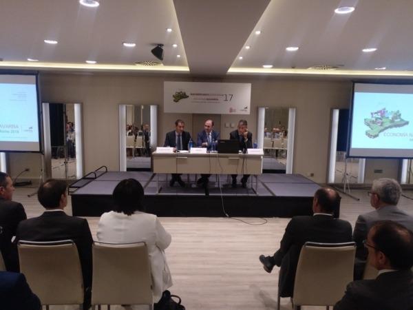 De I a D: Javier Cortajarena (Director Territorial de Laboral Kutxa), Manu Ayerdi y Joseba Madariaga (Director Departamento Estudios de Laboral Kutxa) a punto de iniciar la presentación del 'Informe Economía Navarra 2017' de la citada entidad financiera.