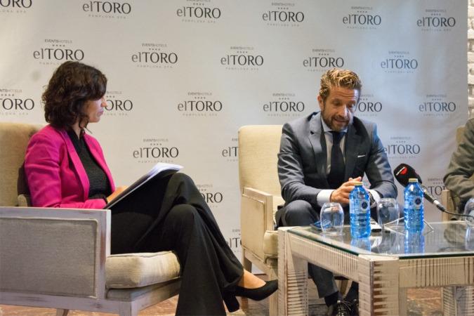 Sara Martínez (directora del Hotel Pamplona El Toro) y Gerardo Pérez Giménez (presidente de Faconauto) durante su intervención ante los medios.