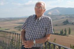 Francisco San Martín, en la terraza de la bodega que puso en marcha hace 25 años.
