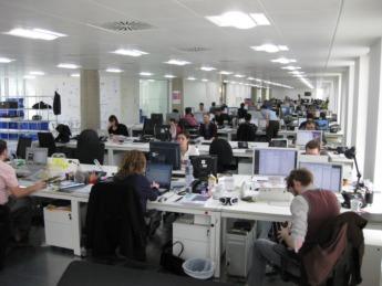 Trabajadores en una oficina.