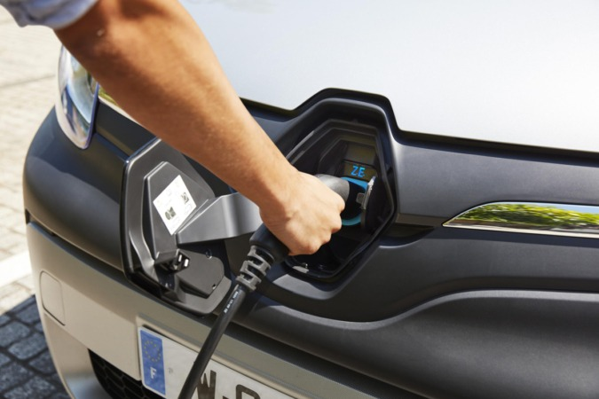 En España se vendieron 3.896 vehículo eléctricos que representan un incremento del 66% con respecto al año anterior .