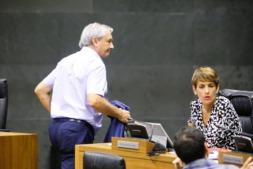 El consejero Mikel Aranburu y María Chivite (PSN) durante el pleno del Parlamento celebrado ayer.
