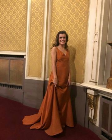 Amaia Romero vestida de la diseñadora navarra Julia Velázquez para su actuación en el Gayarre.