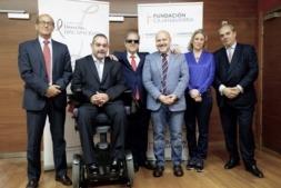 Javier Fernández, director gerente; y Javier Miranda, presidente del patronado de Fundación Caja Navarra, junto a representantes de Fundación Derecho y Discapacidad en Madrid. (Fotos: cedidas)