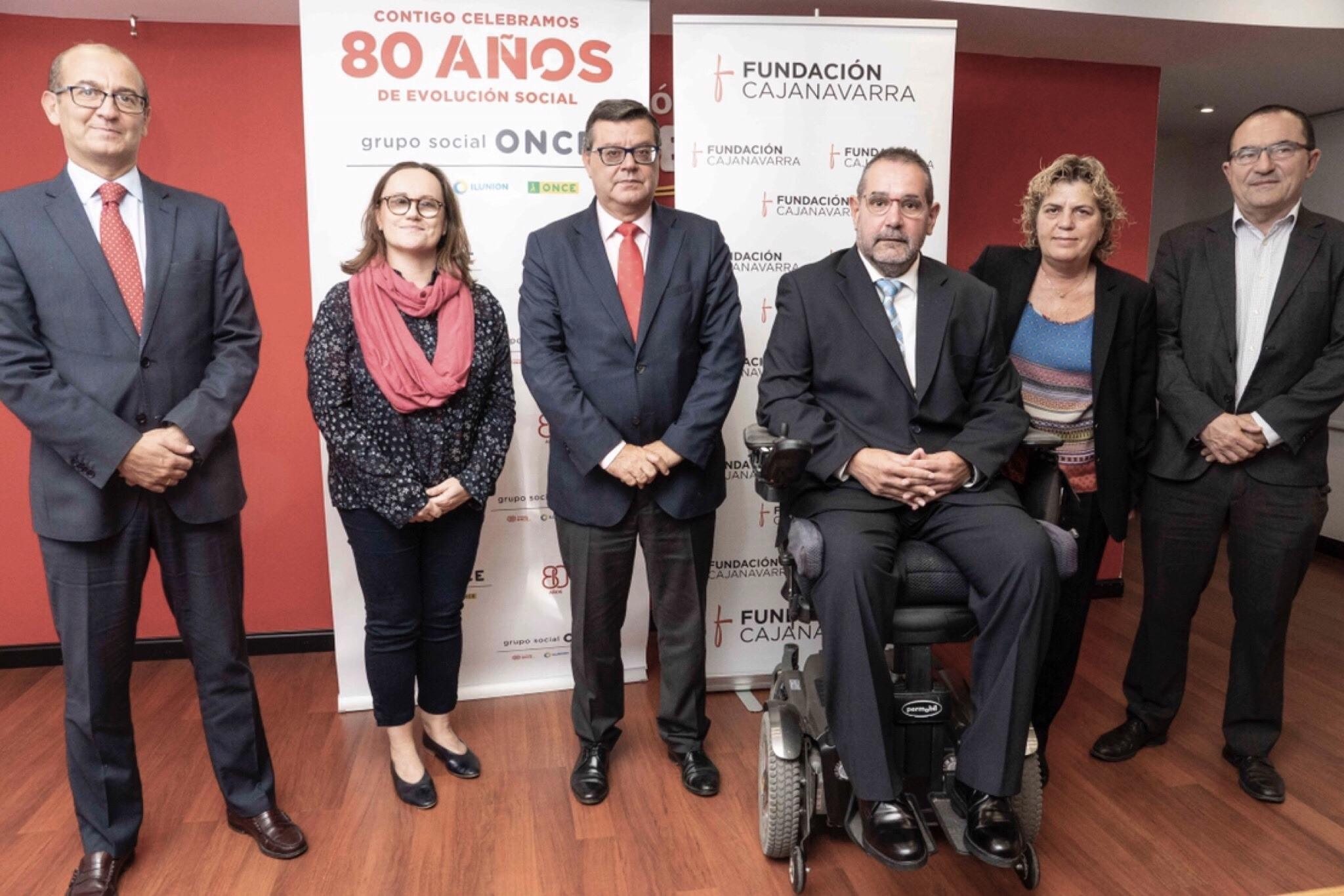 Foto de familia de representantes de Fundación Caja Navarra y Fundación ONCE.