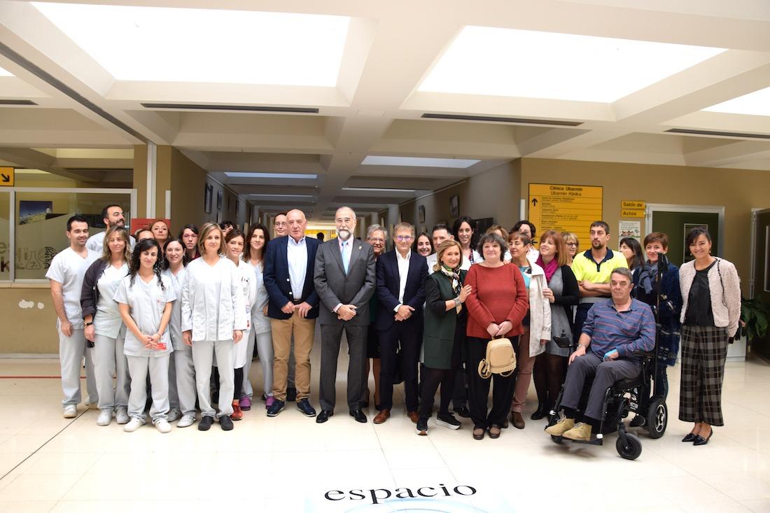 Miembros de Adacen, con su presidente a la cabeza, agradecieron la pasada semana a profesionales sanitarios su labor, entre quienes estaba el consejero de Salud, Fernando Domínguez.