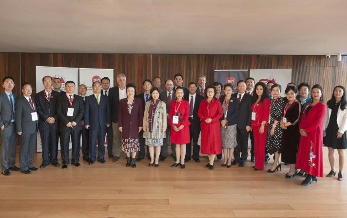 La delegación institucional de Gansu y la delegación navarra posan antes del II Día de la Internacionalización.