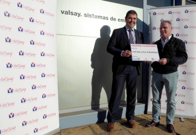 Jesús Valencia, presidente del Consejo de Administración de Valsay, y David Prat, director de Banca de Empresas de CaixaBank en Navarra, han sellado en Tafalla el compromiso de la compañía con el programa de inmunización.