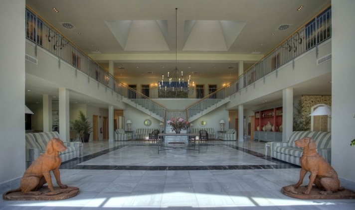 El majestuoso hall de mármol del Hotel Villa Marcilla invita a entrar... y quedarse.