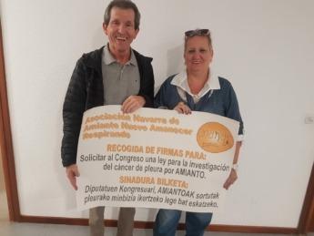 Joseba Azpíroz y María Asun Fdez. de ANANAR solicitando firmas para que el Congreso apruebe una ley para la investigación de cáncer por amianto