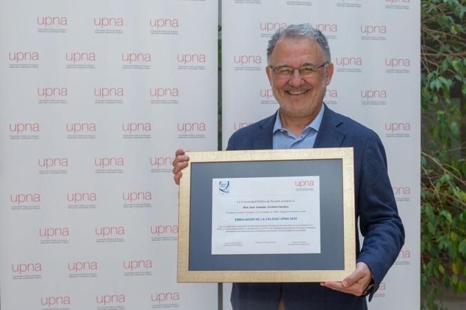 José Antonio Arrieta con el reconocimiento de 'Embajador de Calidad' de la Upna.