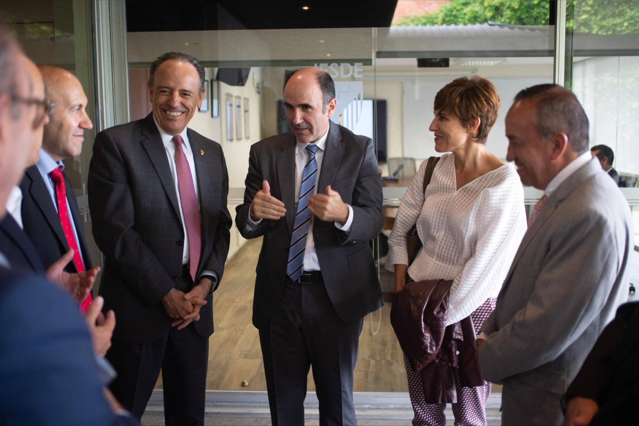 Manu Ayerdi, vicepresidente del Gobierno de Navarra, y Miren Ausín, directora del servicio de Proyección Internacional, conversan con autoridades del Estado de Puebla.