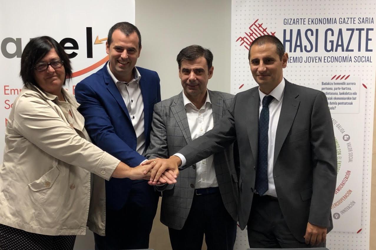 Pilar Irigoien, Rubén Goñi, Ignacio Ugalde y Javier Cortajarena posan satisfechos tras la firma del acuerdo de colaboración para los premios.