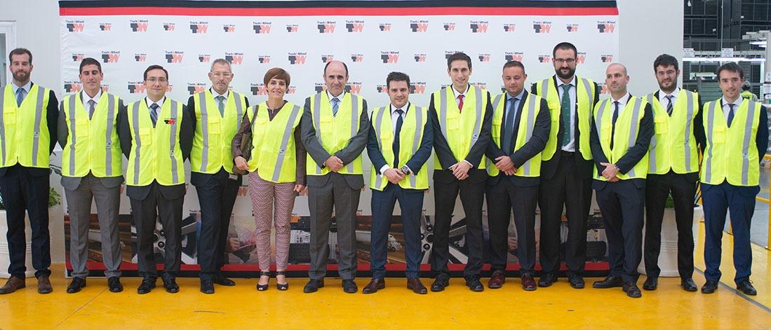 El vicepresidente Ayerdi y la directora del Servicio de Proyección Internacional, Miren Ausín, con personal y directivos en Truck and Wheel.