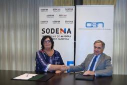 Pilar Irigoien y José Antonio Sarría, tras la firma del anterior acuerdo.