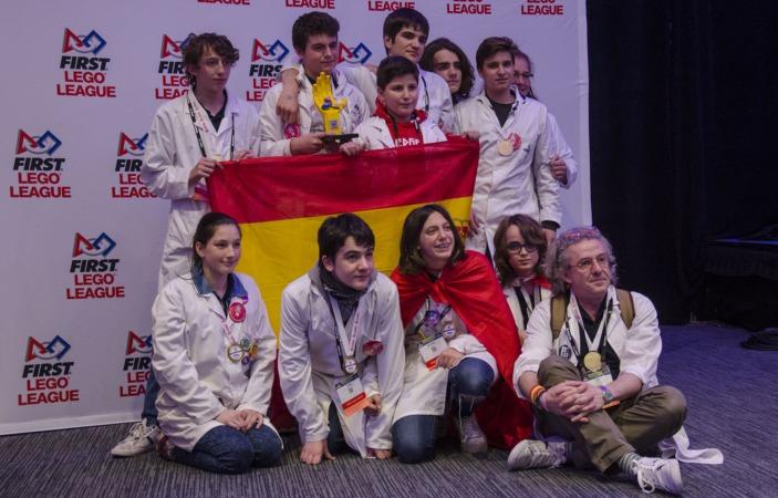 El equipo FS Ingenium con el premio conseguido en Detroit. Sentado, a la derecha, Fernando Sarría.