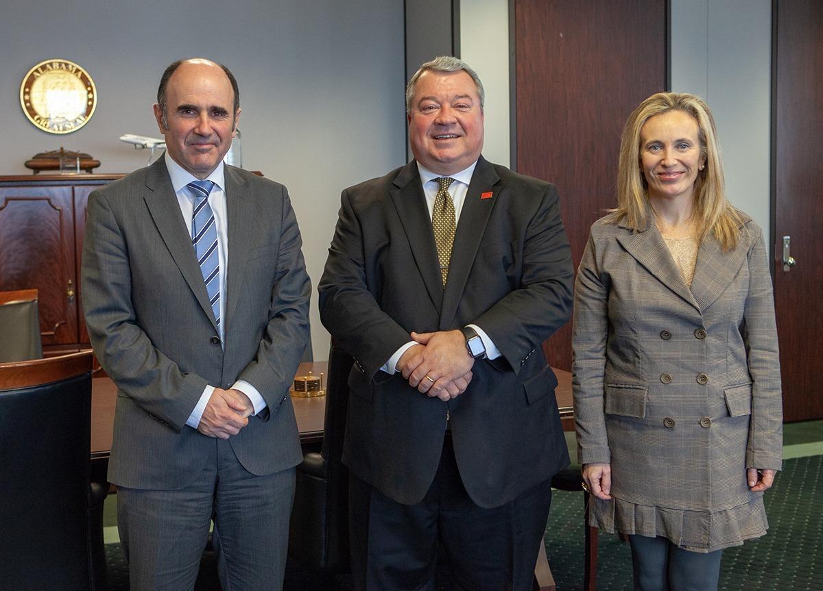 El vicepresidente Ayerdi y la directora general Goñi con Greg Canfield, secretario de Comercio de Alabama.
