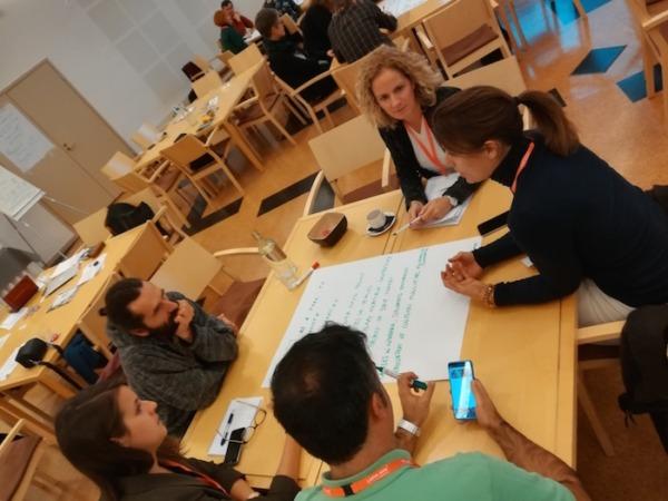 Elena Zabalza, de Anel, durante uno de las mesas de trabajo en Laponia.