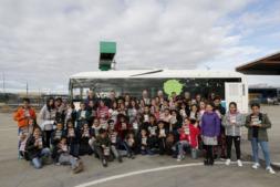 Los escolares posan ante uno de los autobuses que fabrica Vectia.