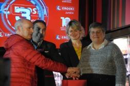 Josetxo García Bea, en representación de los clientes; el encargado del supermercado, Antonio Vega, Maitane Ezkutari y Anabel Zariquiegui, inauguran el establecimiento.